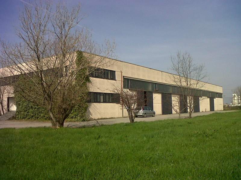 Capannone industriale con uffici e ampio piazzale