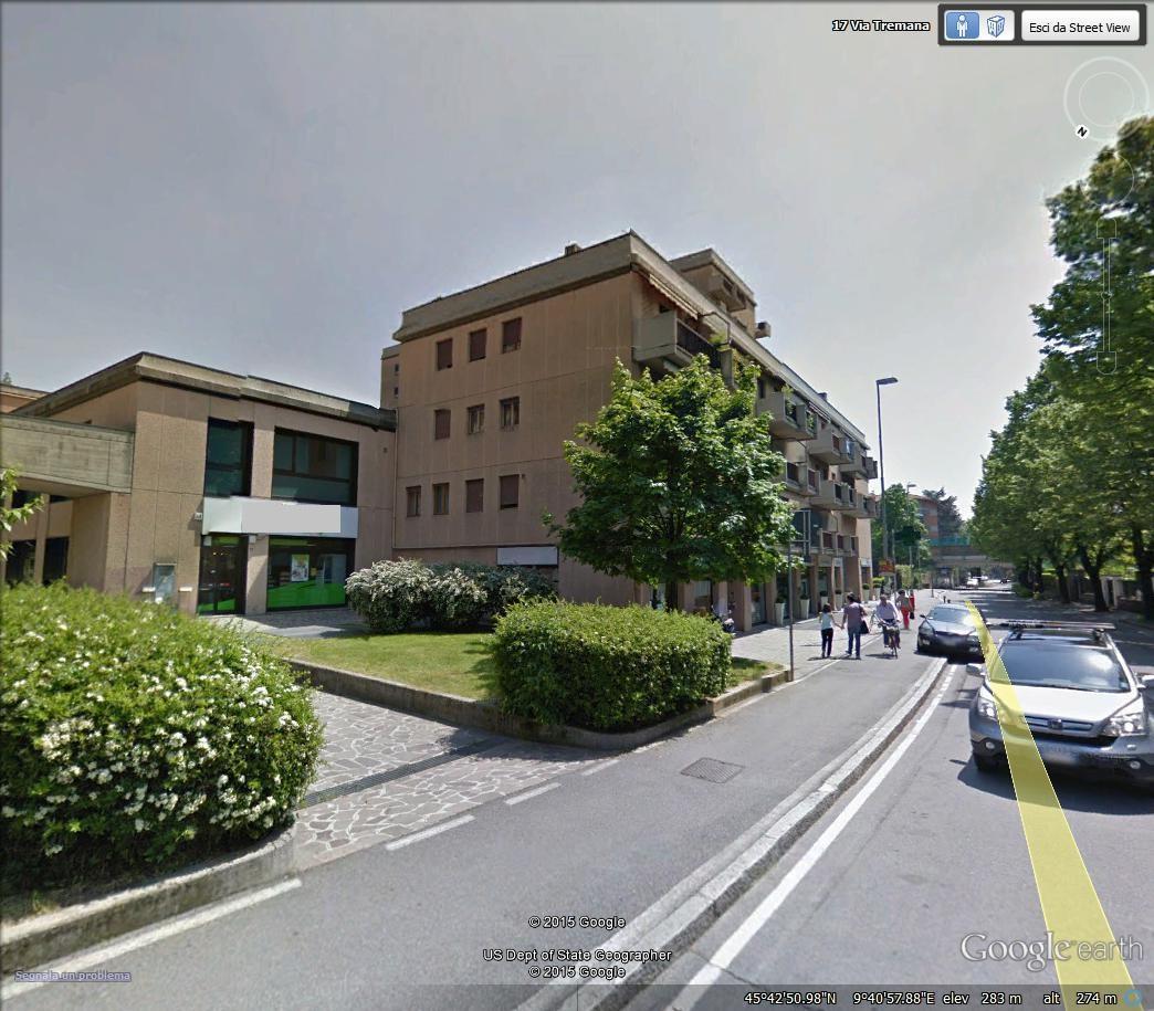 Bergamo – Negozio con vetrine su strada