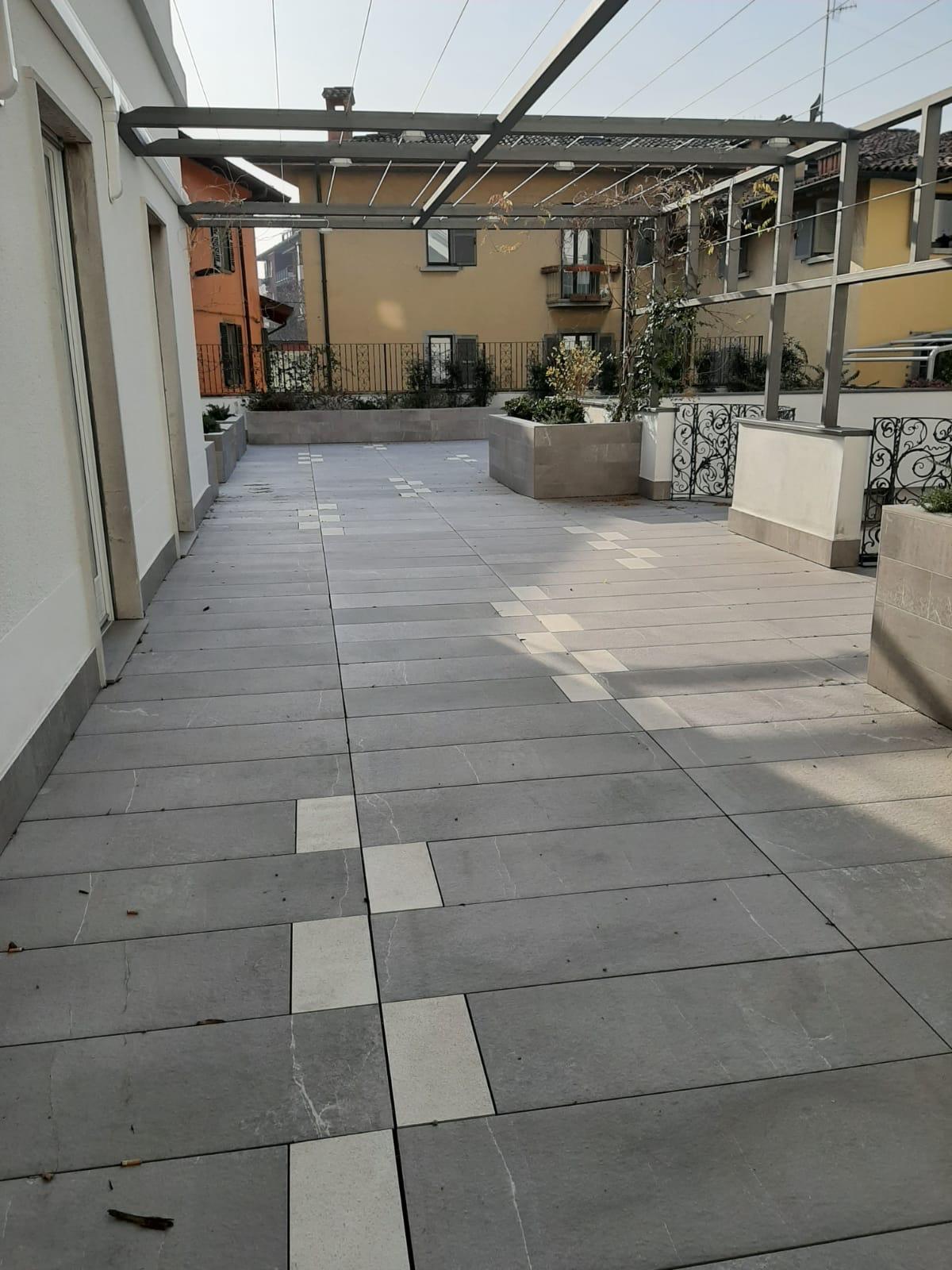 Bergamo Via Borgo Palazzo Quadrilocale con terrazzo