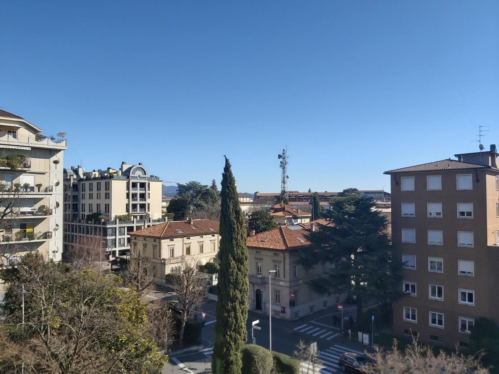 Bergamo Via Verdi Appartamento ampi balconi